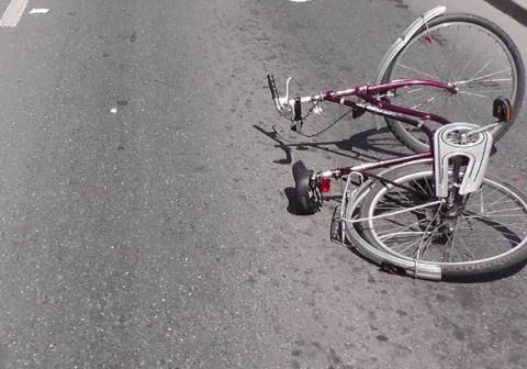 Dramatyczny wypadek w Nowym Sączu: samochód potrącił rowerzystę. Kierowca uciekł