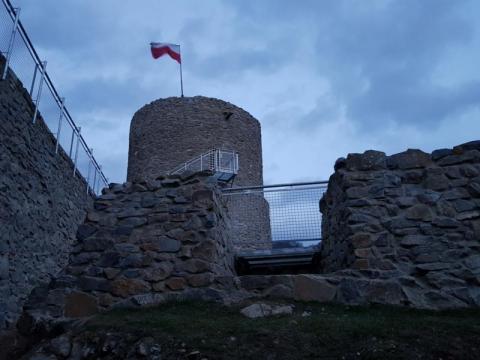 Rytro: taki piękny zamek a tonie w ciemnościach. Szkoda