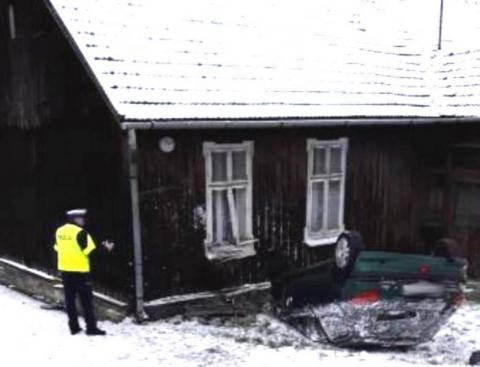 Horror na Lwowskiej. Wylądowała na dachu, potem uderzyła w dom [ZDJĘCIA]