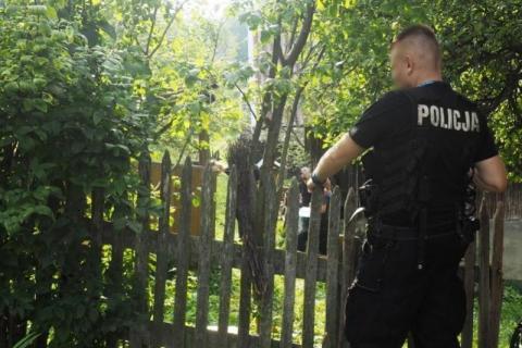 Strażacy wyważyli drzwi domu. W budynku znaleźli zwłoki mężczyzny
