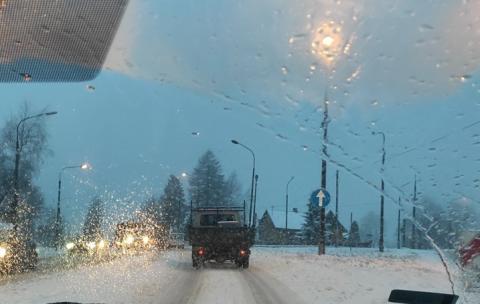 Kierowcy noga z gazu! Na drogach są trudne warunki do jazdy