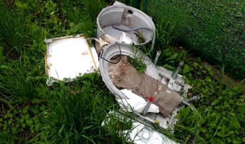 śmieci wyrzucone na trawnik