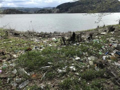 Śmieci z tafli Jeziora Rożnowskiego będzie zbierała barka? To może się udać