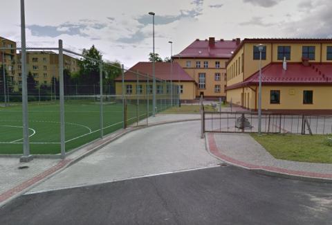 Nowy Sącz: piłki nadal dewastują szkolny dach. Kiedy to się skończy?