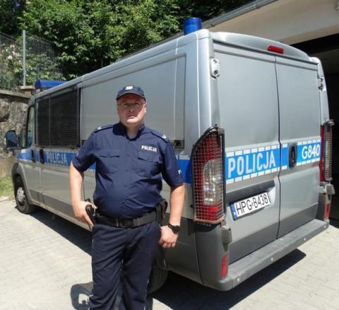Bohater! Policjant uratował życie poszkodowanemu mężczyźnie