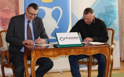 """Krynica: burmistrz Piotr Ryba podpisał umowę z """"Tour de Zbój"""""""