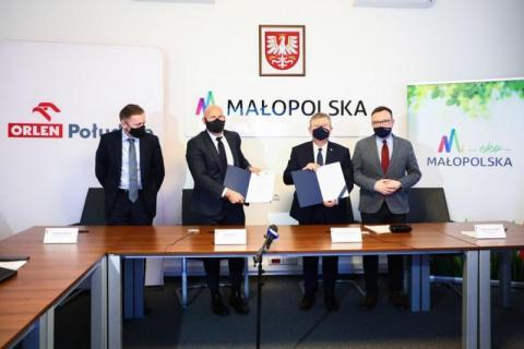 Małopolski samorząd wszedł w kooperację z Orlenem. Po co im paliwowy gigant