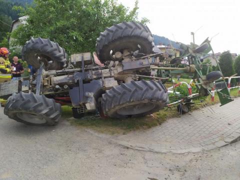 Uście Gorlickie: traktor przewrócił się do rowu. Dwie osoby trafiły do szpitala