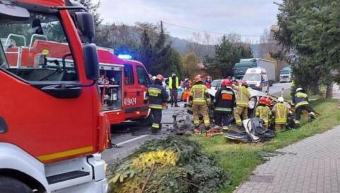 Dramatyczny wypadek na DK-75 w Czchowie. Zderzyły się dwie osobówki i ciężarówka