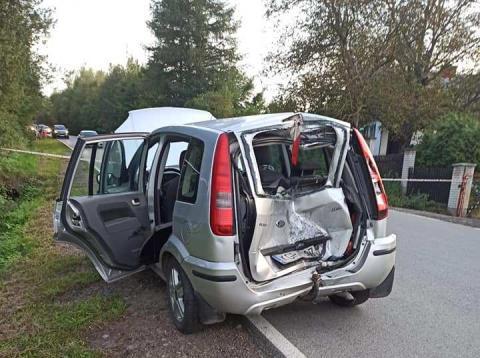 Dramatyczny wypadek w Ropie. Rozpędzony motocyklista wbił się w samochód
