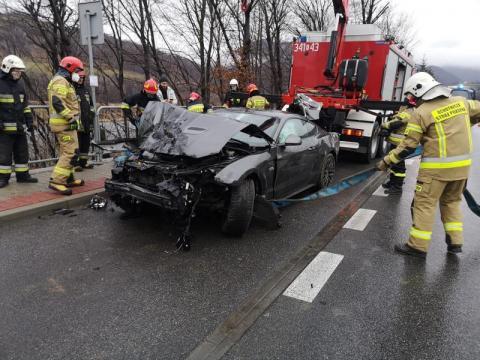 Dramatyczny wypadek w Rytrze. Mustang spadł ze skarpy