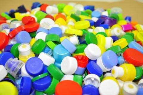 Zbieranie plastikowych zakrętek. Czy to w ogóle ma sens?