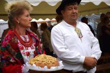 Mochnaczka Niżna: dożynkowy bochen chleba podzielony