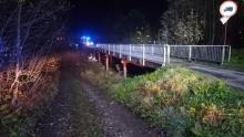 W nocy uderzyła samochodem w podporę mostu. Auto zatrzymało się w zaroślach