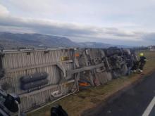 O włos od tragedii. Silny wiatr przewrócił ciężarówkę na drodze krajowej 28