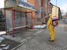Sądeccy strażacy walczą z koronawirusem. Przez całą sobotę odkażali miejsca publ