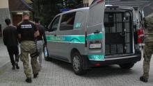 Ukryli się pod ciężarówką przewożącą rudę cynku. Wjechali nielegalnie do Polski