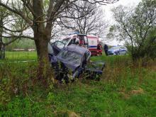 Z ostatniej chwili: samochód uderzył w drzewo. Jedna osoba zakleszczona