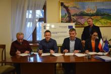 Moszczenica Niżna to kolejne sołectwo gminy Stary Sącz, które wreszcie doczeka się kanalizacji. Wykonawców czeka tu nie lada wyzwanie, bo muszą położyć tu aż 12 kilometrów sieci dla 790 osób.