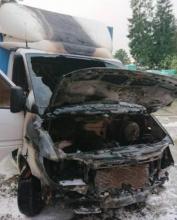 Samochód dostawczy stanął w ogniu. Zagrożony był pobliski budynek