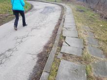 Ot, dylemat: 100 metrów chodnika czy ludzkie życie? Tędy się chodzić nie da