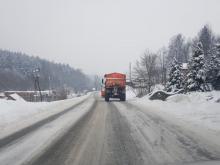 Pada śnieg, a na drogach jest szklanka. Warunki do jazdy są fatalne [FILM]