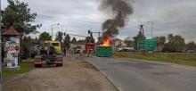 Pożar na ruchliwym skrzyżowaniu. Kontener z odpadami stanął w ogniu