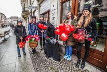 Wysłannicy świętego Walentego zaskoczą was dziś na ulicach Nowego Sącza