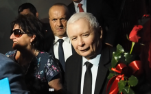 Jarosław Kaczyński w Nowym Sączu. Róże, selfie i akty szaleństwa pod płotem