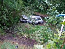 Samochód staranował barierkę i wpadł do potoku