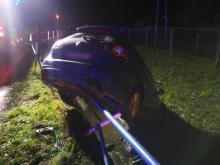 Wbił się samochodem w koryto rzeki. Był pijany i nie miał prawa jazdy