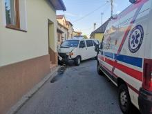 Samochód uderzył w budynek mieszkalny w Starym Sączu. Dwie osoby ranne