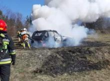 Samochód płonął jak pochodnia. Pozostał z niego jedynie spalony wrak [ZDJĘCIA]