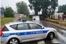 Samochód utknął pod wiaduktem