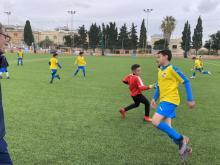 Chłopcy z Akademii Piłkarskiej Limanovia, odbierają swoją nagrodę na Malcie