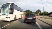 Autobus międzynarodowej linii z uszkodzoną szybą i śladami krwi [WIDEO]