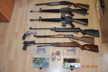 Policja zapukała do jego domu. W budynku znaleźli broń i amunicję