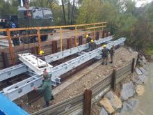 Budowa tymczasowej przeprawy przy ul. Kamiennej ruszyła. Wojsko składa elementy!