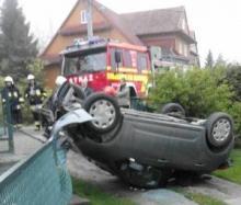 samochód dachował w Mystkowie