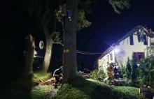 Noc grozy. Zerwane linie energetyczne, drzewa waliły się na domy i drogi