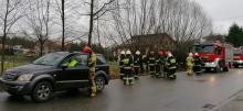 Łęka: kolizja dwóch samochodów osobowych. Na miejscu jest kilkunastu strażaków