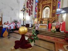 Nowy Sącz: biskup tarnowski Andrzej Jeż poświęcił odnowiony krzyż z bazyliki