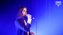 Karolina Mazur nie tylko świetnie śpiewa, ale także gra na pianinie i gitarze