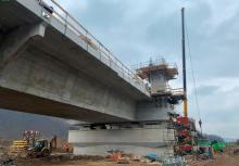 Rośnie gigantyczny most w Kurowie. Już stawiają pylony