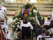 Rodzina, parafianie i kapłani pożegnali zmarłego ks. Mariana Stępnia [ZDJĘCIA]