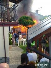 Kłęby dymu nad Tyliczem. Spłonęła altana, strażacy musieli ratować dom