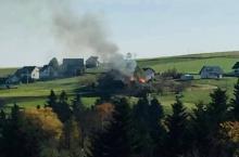 W Siekierczynie płonie drewniany dom. Trwa akcja gaśnicza