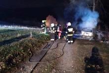 Peugeot stanął w ogniu. Auto spłonęło doszczętnie i nadaje się jedynie na złom