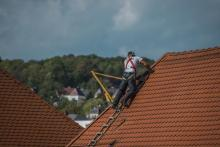 Energia słoneczna z dachówki. Polacy znaleźli na to sposób i zarobili miliony