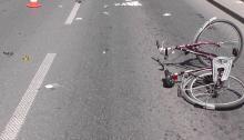 Potrącenie rowerzystki na dzikim rondzie